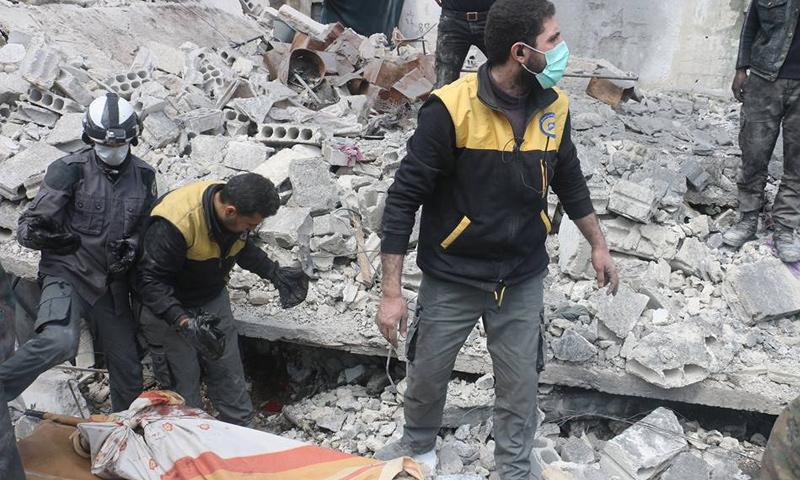 عناصر من الدفاع المدني ينتشلون ضحايا من تحت الأنقاض جراء قصف جوي على مدينة كفربطنا - 18 آذار 2018 (الدفاع المدني)