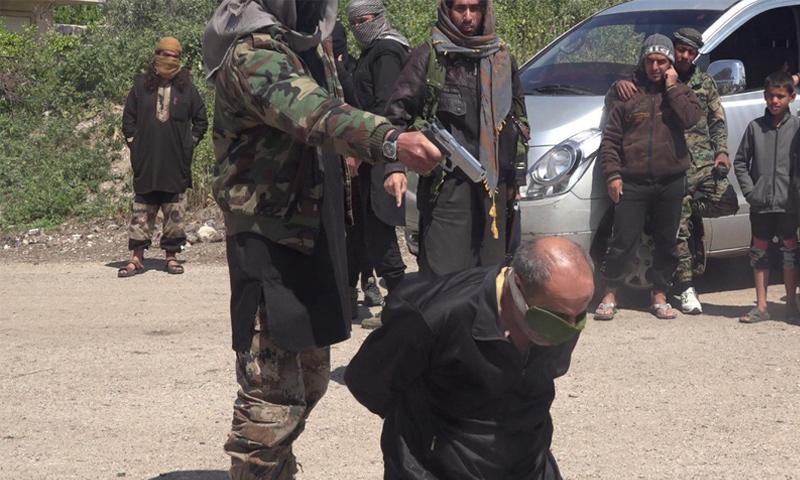 صورة تظهر عملية إعدام ناجي مصطفى في حوض اليرموك غربي درعا - 1 نيسان 2018 (جيش خالد بن الوليد)