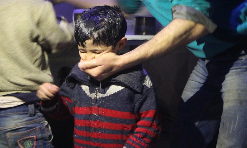 طفل أصيب بالاختناق إثر استنشاق غازات سامة استهدف النظام مدينة دوما بها - 7 من نيسان 2018 (الدفاع المدني في دمشق ورييفها)