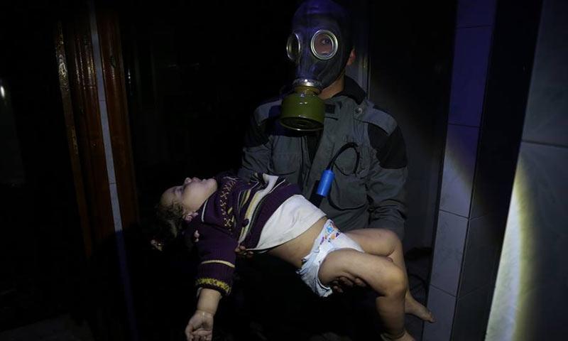 عنصر من الدفاع المدني يحمل طفلة مصابة بالغازات السامة في دوما بالغوطة الشرقية - 7 من نيسان 2018 (الدفاع المدني في دمشق وريفها)