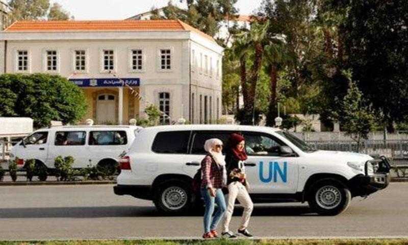 مركبة تابعة للأمم المتحدة على متنها مفتشون دوليون يتبعون لمنظمة حظر الأسلحة الكيميائية في العاصمة دمشق يوم 19 نيسان 2018(رويترز)