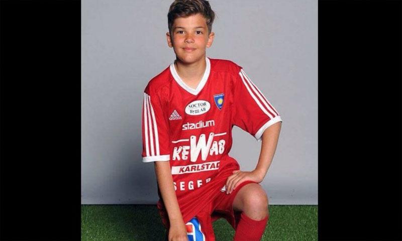 الطفل السوري آدم الحاج بلباس النادي السويدي(الكومبس)