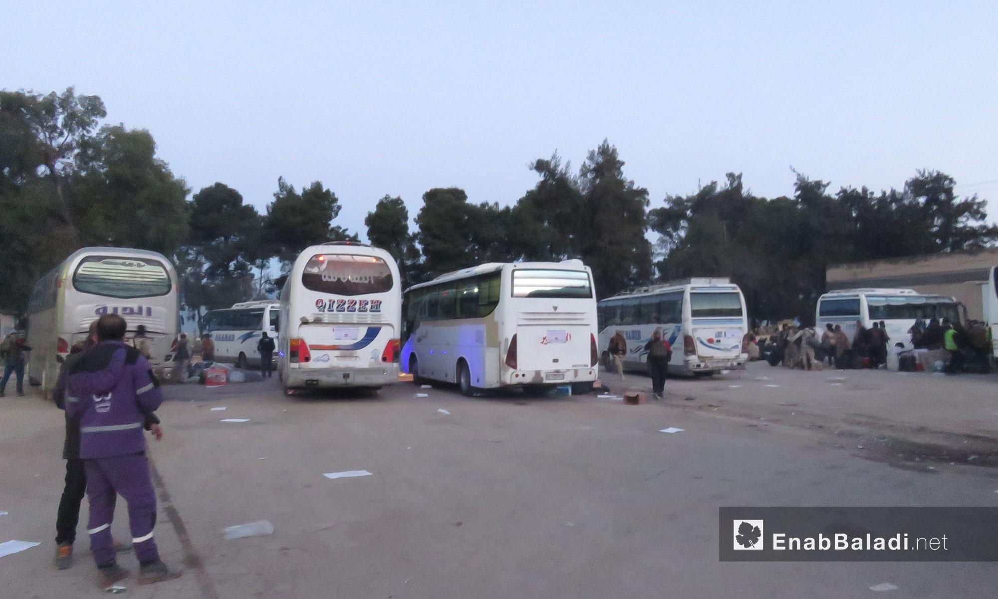 وصول الدفعة الثانية من مهجري القلمون إلى قلعة المضيق بريف حماة - 23 نيسان 2018 (عنب بلدي)