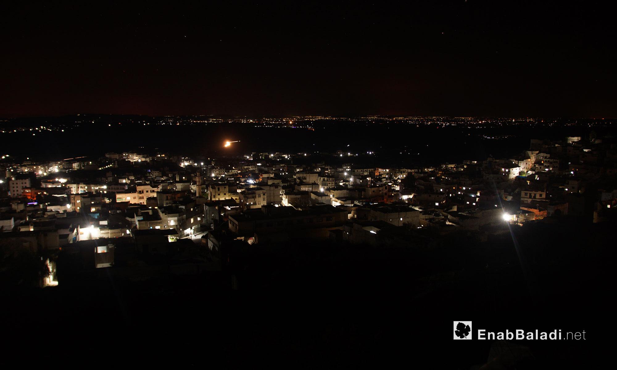 بلدة أريحا بعد تعرضها ليلًا لقصف الطيران الروسي في مدينة إدلب - 3 نيسان 2018 (عنب بلدي)