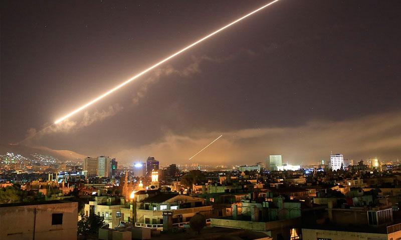 صاروخ أرض- جو يضيء السماء فوق دمشق- 14 نيسان 2018 (AP)