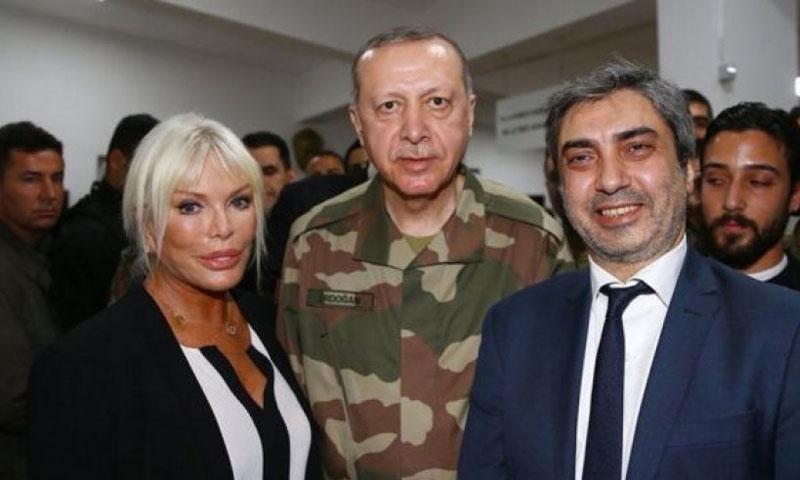 الرئيس التركي رجب طيب أردوغان مع الفنان نجاتي شاشماز على الحدود السورية - 1 نيسان 2018 (الأناضول)