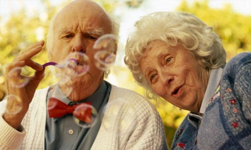 التعليم أو وجود شقيق على قيد الحياة قد يقي من ضعف الإدراك المرتبط بفقدان الشريك (تعبيرية - Funny People TV)