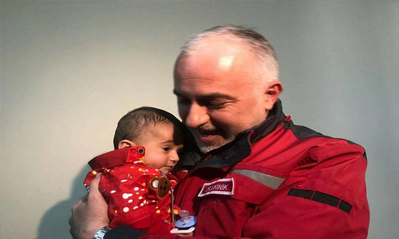الطفل كريم مع رئيس الهلال الأحمر التركي (TRT)