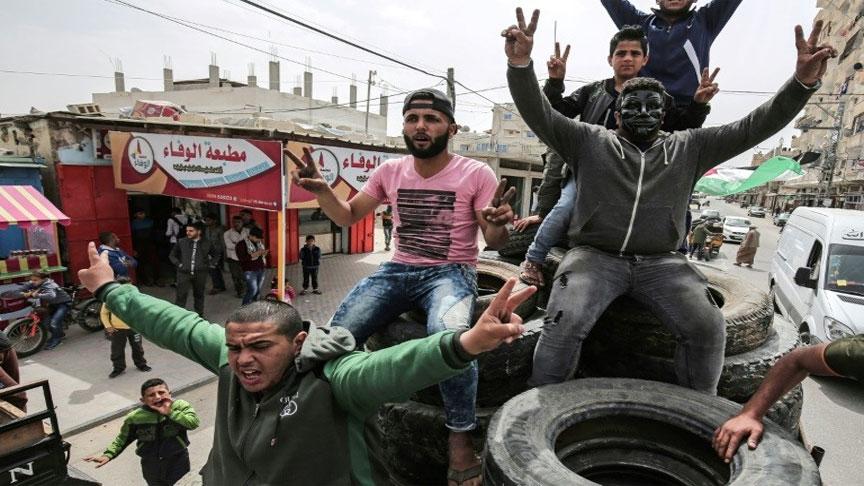 فلسطينيون يتظاهرون في رفح الخميس 5 نيسان/ابريل 2018(AFP)