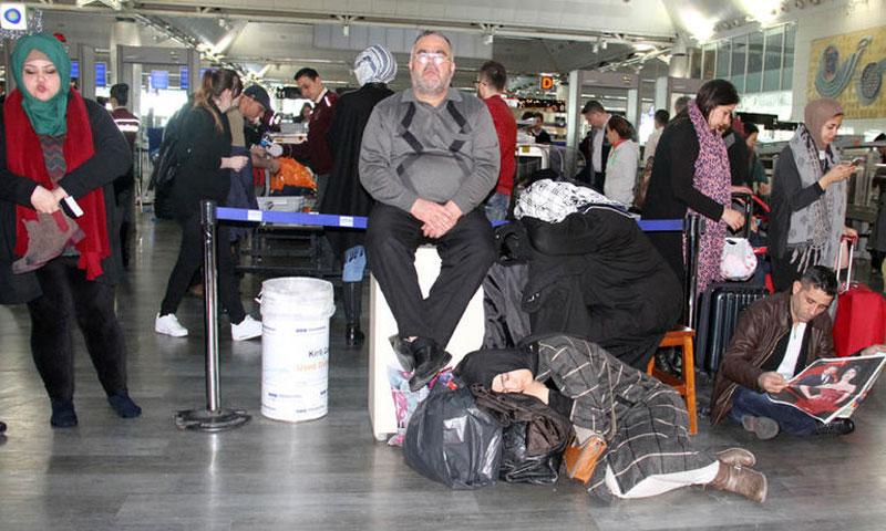 مسافرون في مطار أتاتورك ينتظرون بسبب تأخير في رحلاتهم(hurriyet)