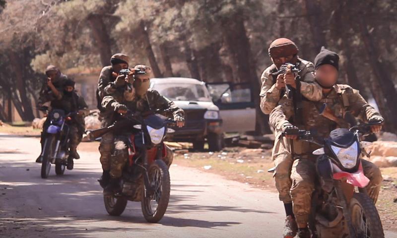 عناصر من قوات النخبة التابعة لهيئة تحرير الشام ضمن معسكر تدريبي في إدلب - 15 نيسان 2018 (وكالة إباء)