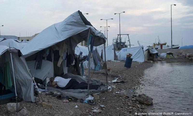 مهاجرون في مخيمات اللجوء في إحدى الجزر اليونانية في تشرين الاول 2017(AP)