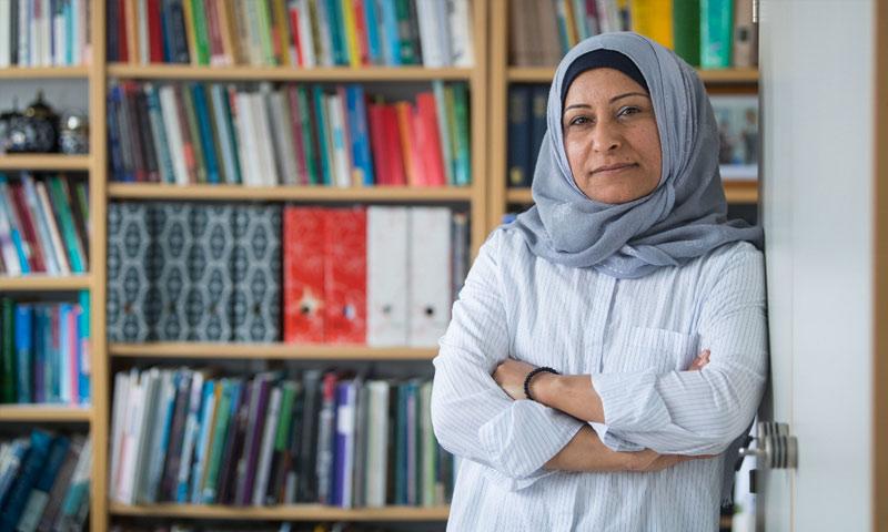 العالمة السورية سلوى المحمد في مكتبها في شتوتغارت الألماني (DPA)