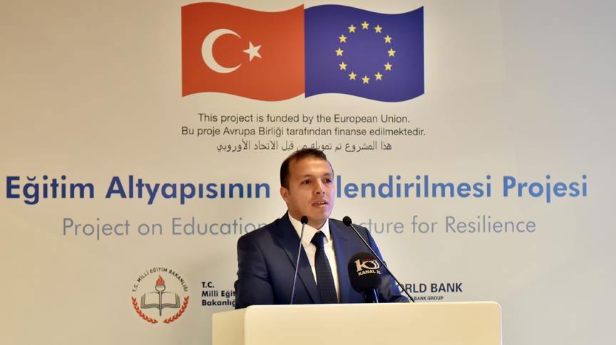 المشرف على مشروع إنشاء مدارس في تركيا، فاتح محمد أوروج، خلال اجتماع في 4 نيسان 2018