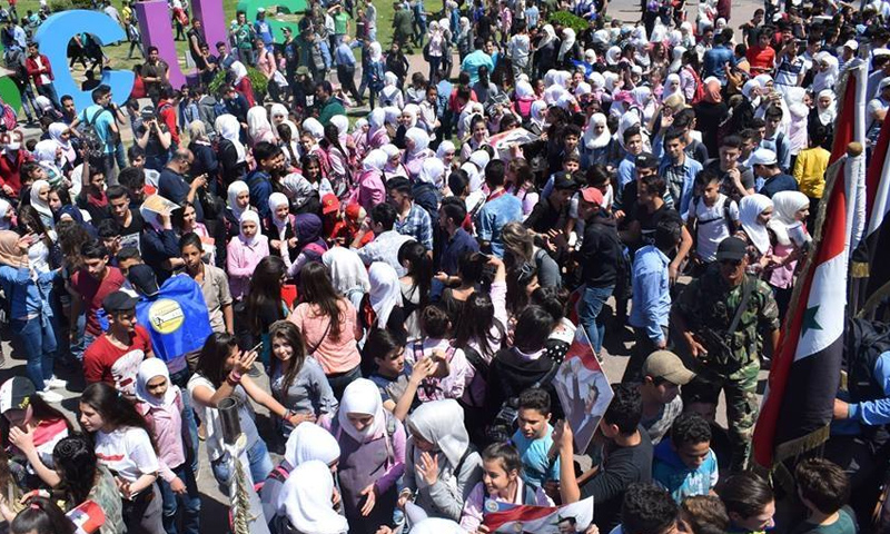 طلاب مدارس في مسيرات النظام السوري في سياحة الأمويين- 16 نيسان 2018 (دمشق الآن)