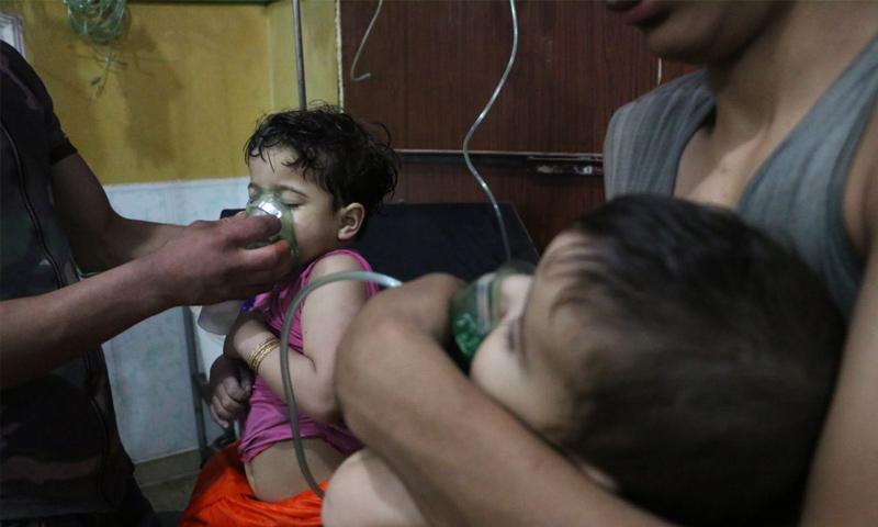 مصابون حراء قصف بالغازات السامة على مدينة دوما في الغوطة الشرقية - 7 نيسان 2018 (تنسيقية دوما)