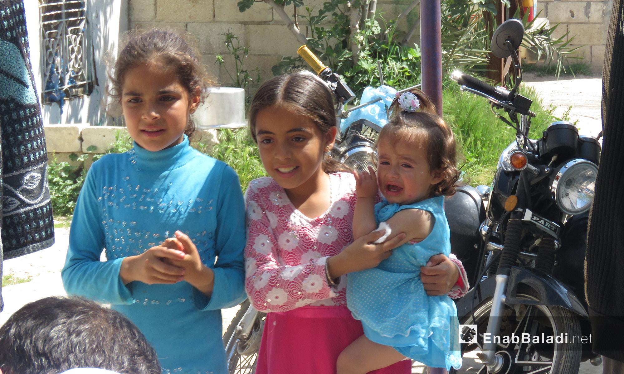 طفلة تبكي بعد تلقيحها ضد الحصبة في ريف حماة - 14 من نيسان 2018 (عنب بلدي)