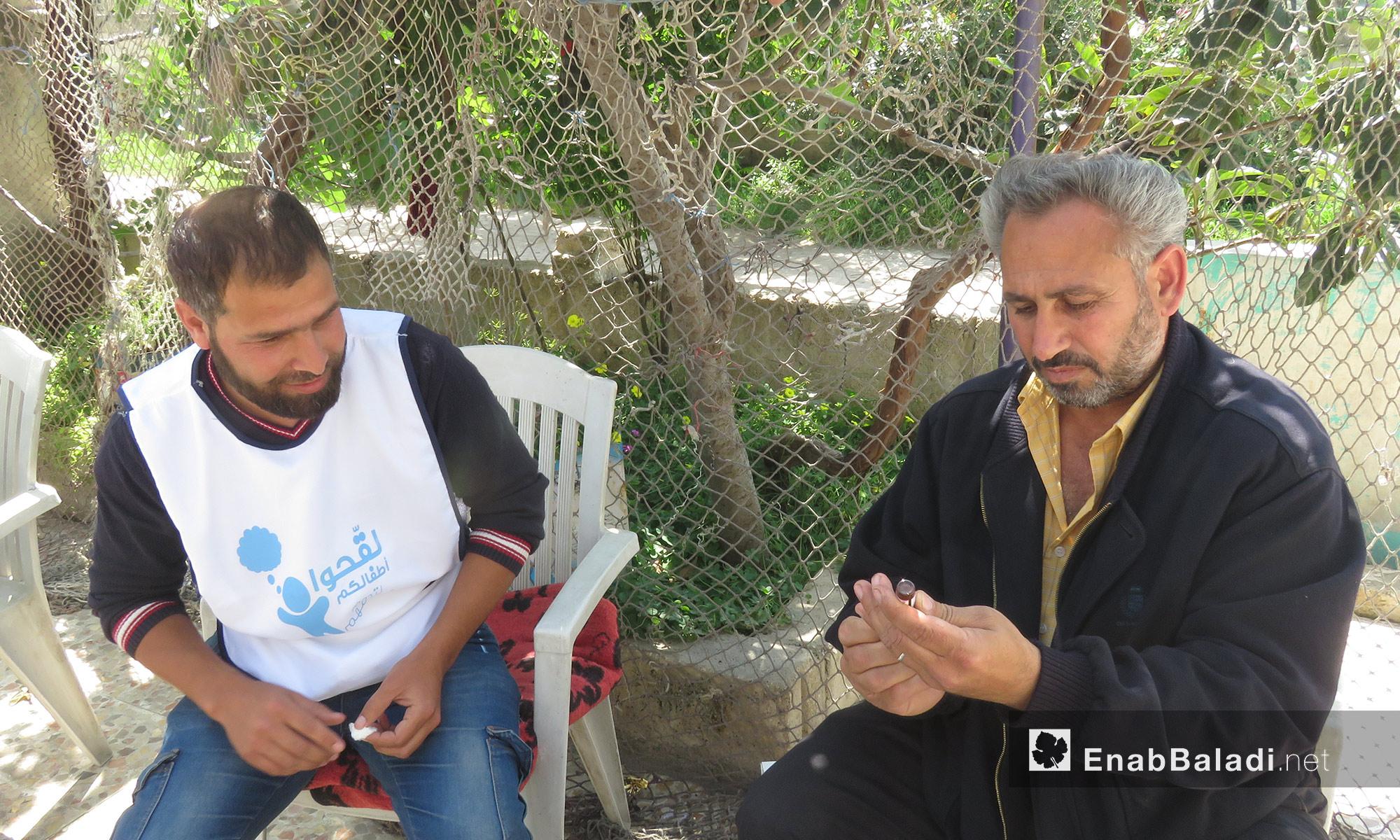 تجهيز لقاح الحصبة قبل استخدامه في ريف حماة - 14 من نيسان 2018 (عنب بلدي)