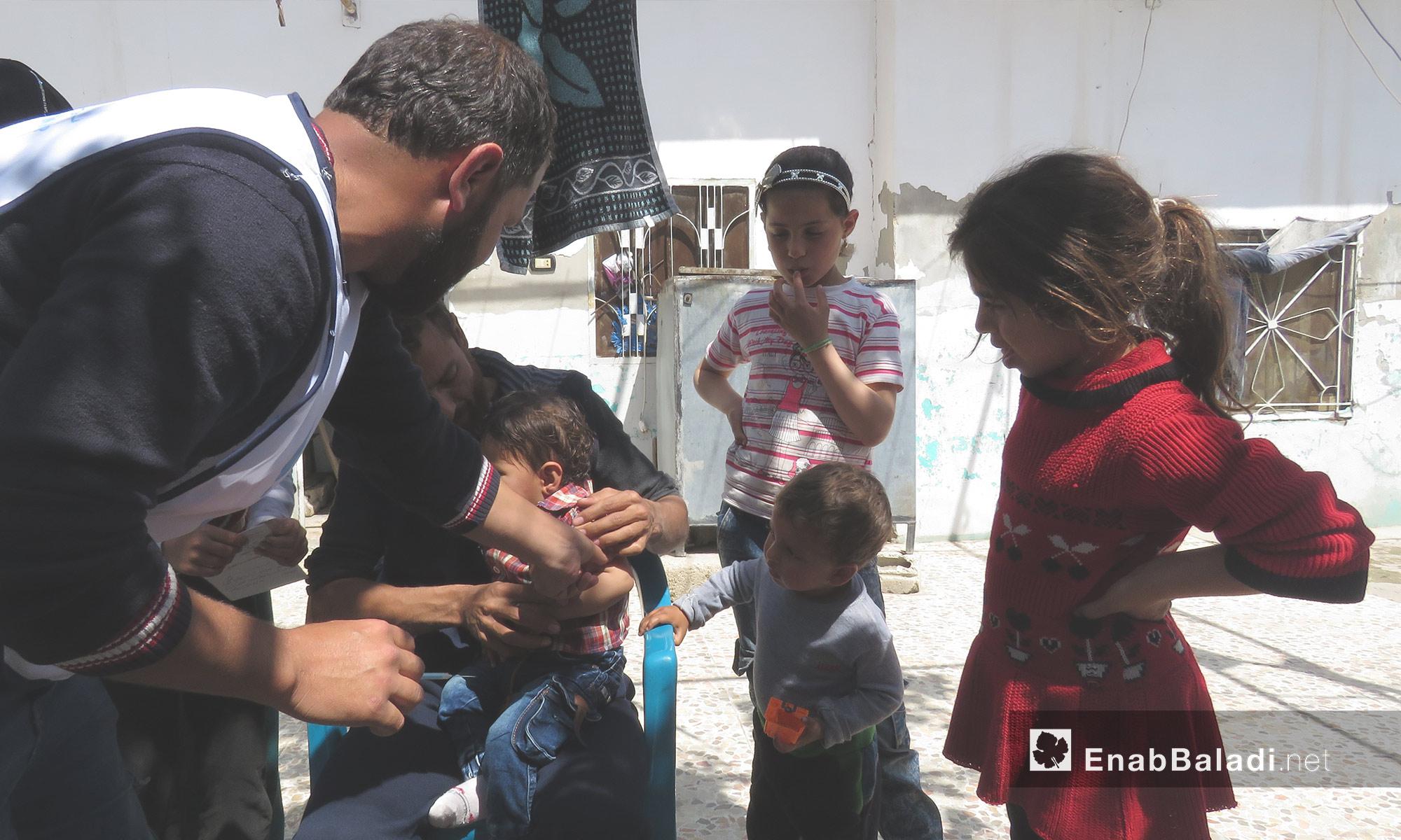 تلقيح طفل ضد الحصبة  في ريف حماة - 14 من نيسان 2018 (عنب بلدي)