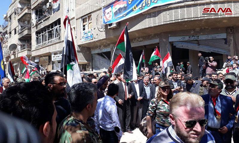 فنانون مع قوات الأسد في حرستا (سانا)