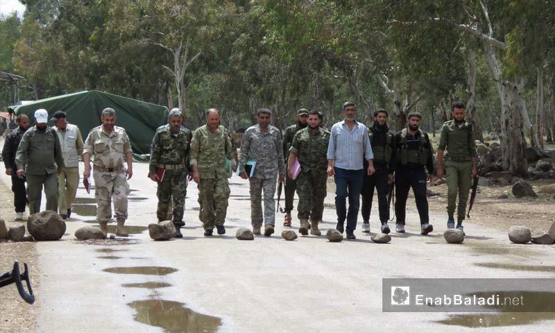 """وفد """"هيئة التفاوض"""" قرب معبر الدار الكبيرة شمالي حمص - 22 من نيسان 2018 (عنب بلدي)"""