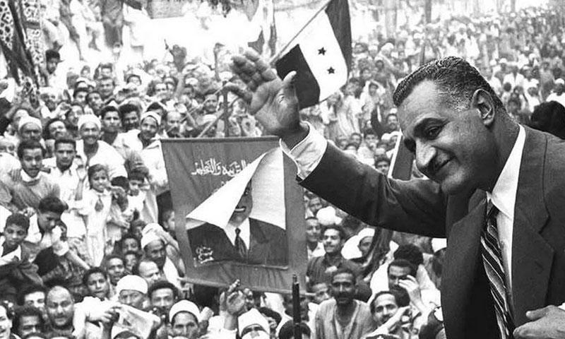 الرئيس المصري الأسبق جمال عبد الناصر يحيي الحشود في المنصورة بمصر - 7 أيار 1970 (Bibliotheca Alexandrina/Wikipedi)