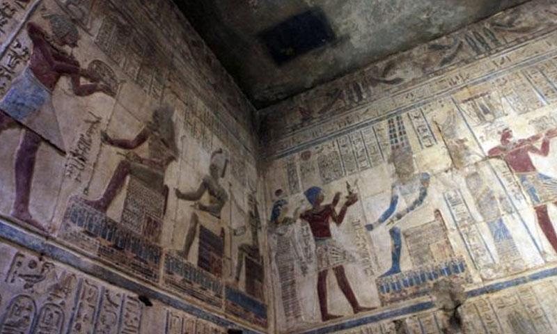 نقش المصريون القدامى منذ عهد الفراعنة طقوس احتفالهم على جدران المقابر (AFP)