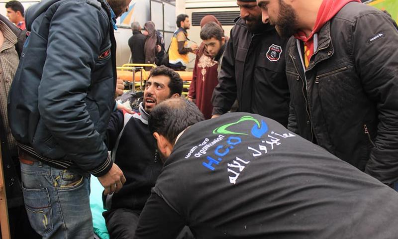 مسعفون من منظمة الرعاية الطبية يقومون بإخلاء جرحى الغوطة الشرقية في إدلب - آذار 2018 (الرعاية الطبية)