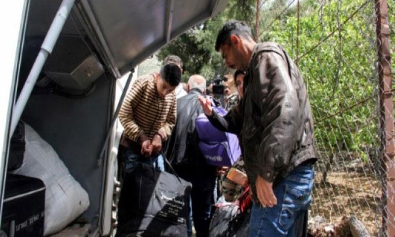 لاجئون سوريون يوضبون حقائبهم مع استعدادهم لمغادرة بلدة شبعا اللبنانية عائدين الى بلادهم في 18 نيسان/ابريل 2018(AFP)