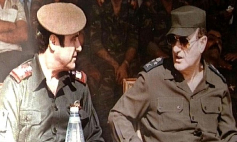 رفعت الأسد (يسار) مع شقيقه حافظ الأسد في 1984(AFP)