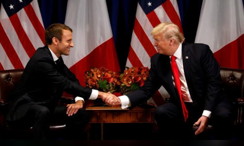 الرئيس الأمريكي دونالد ترامب يصافح نظيره الفرنسي إيمانويل ماكرون في نيويورك - أيلول 2017 (رويترز)