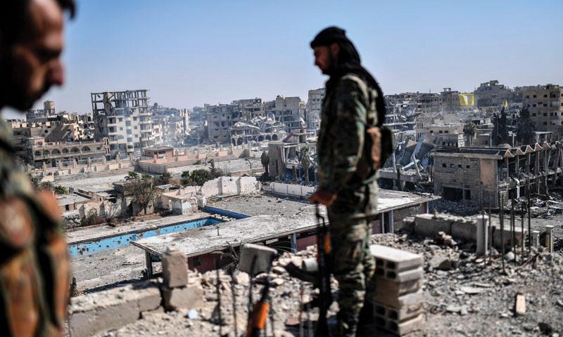 مقاتلان من قوات سوريا الديموقراطية في الرقة 20 تشرين الأول 2017 (AFP)