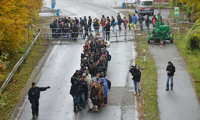 لاجئون يسيرون في أحد الشوارع بعد عبور الحدود بين النمسا وألمانيا - 29 تشرين الأول 2015 (AP)