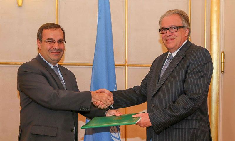 سفير النظام السوري حسام الدين آلا (يسار الصورة) مع فلاديمير غراتشيف ، ممثل الأمين العام لمؤتمر الأمم المتحدة المعني بنزع السلاح في جنيف - 3 أيلول 2014 (unwatch)