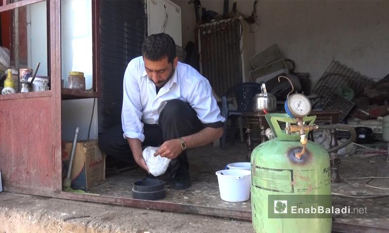 سامر الدياب رئيس مجلس الطيبة الغربية المحلي في ريف حمص يقوم بتجارب على الوقود الهيدروجيني - نيسان 2018 (عنب بلدي)