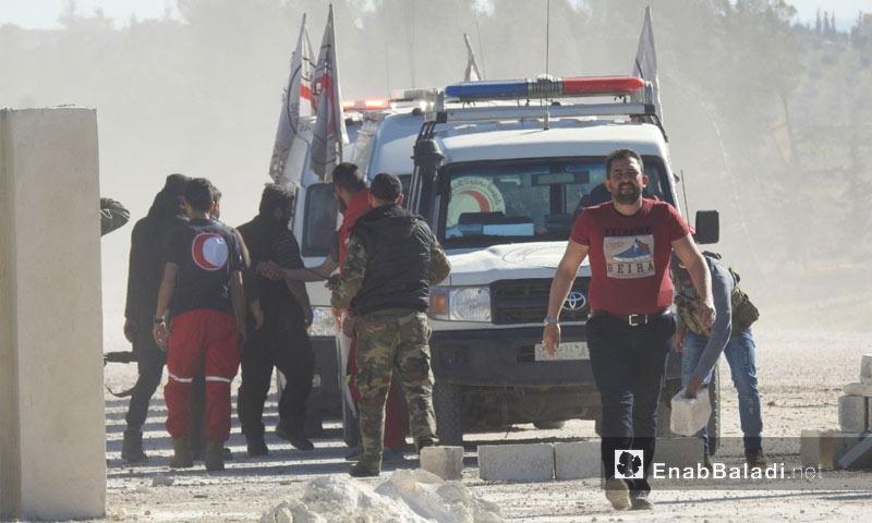 إخلاء جرحى الدفعة الثانية من مهجري دوما بعد وصولهم إلى ريف حلب الشمالي - 4 من نيسان 2018 (عنب بلدي)