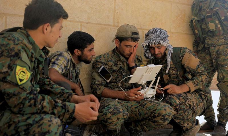 عناصر من قوات سوريا الديمقراطية خلال معارك مدينة الرقة - 2017 - (رويترز)