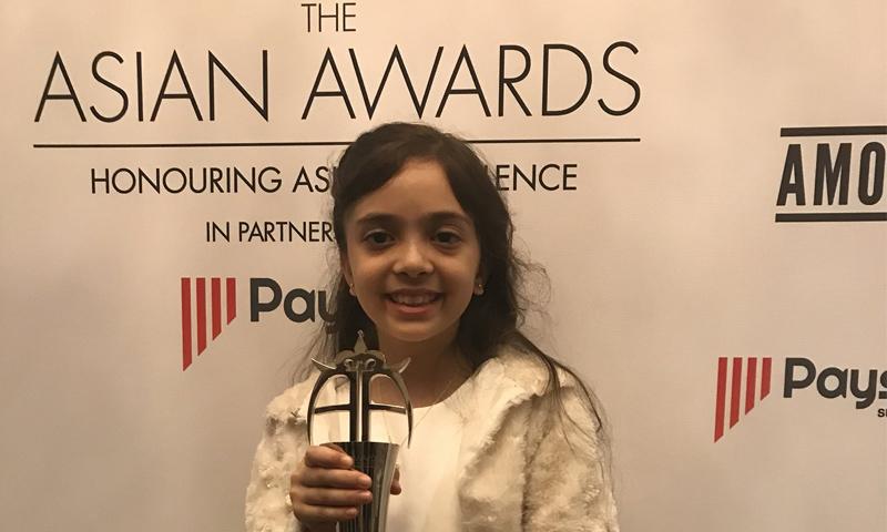 """الطفلة السورية بانا العابد خلال حفل تكريمها في """"جوائز آسيا"""" بلندن - 27 من نيسان 2018 (تويتر)"""