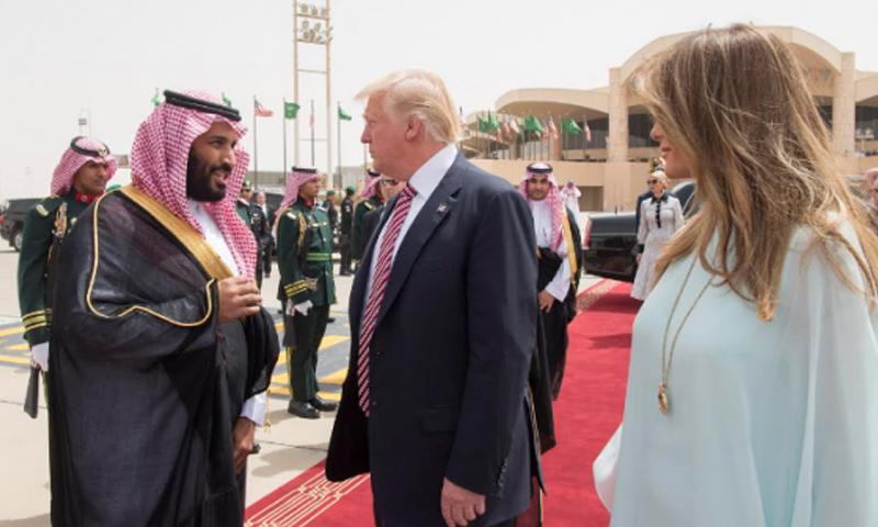 الرئيس دونالد ترامب إلى جانب محمد بن سلمان في زيارة إلى السعودية - 2017 (انترنت)