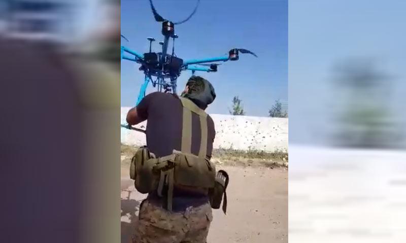 مقاتل من المعارضة في ريف درعا الغربي يعلق رأسًا بطائرة مسيرة - 20 من نيسان 2018 (مصادر زودت عنب بلدي به)