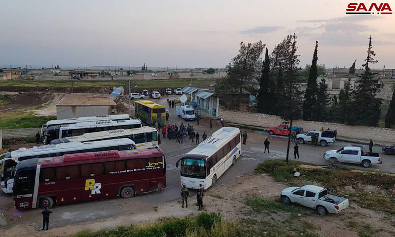 سيارات تقل حالات أخليت من كفريا والفوعة قرب معبر العيس جنوبي حلب - 1 من أيار 2018 (سانا)