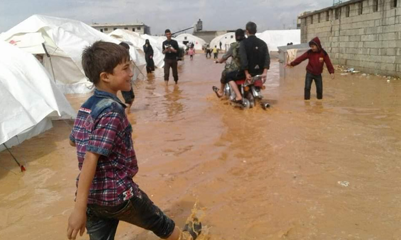 مياه الأمطار في إحدى مخيمات ريف حلب - 8 من أيار 2018 (فيس بوك)
