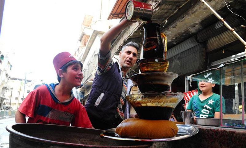 بائع مشروبات شعبية في الغوطة الشرقية خلال شهر رمضان - 19 أيار 2018 (XINHUA)