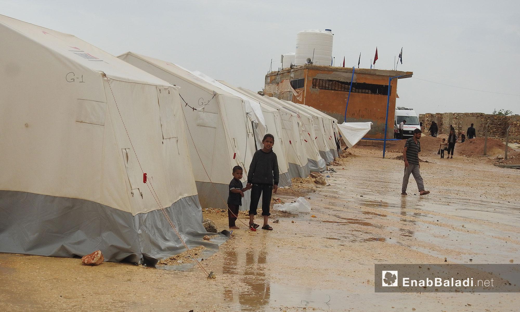 أهالي مهجري الغوطة الشرقية في مخيم البل بعد هطول الأمطار بريف حلب الشمالي - 22 أيار 2018 (عنب بلدي)