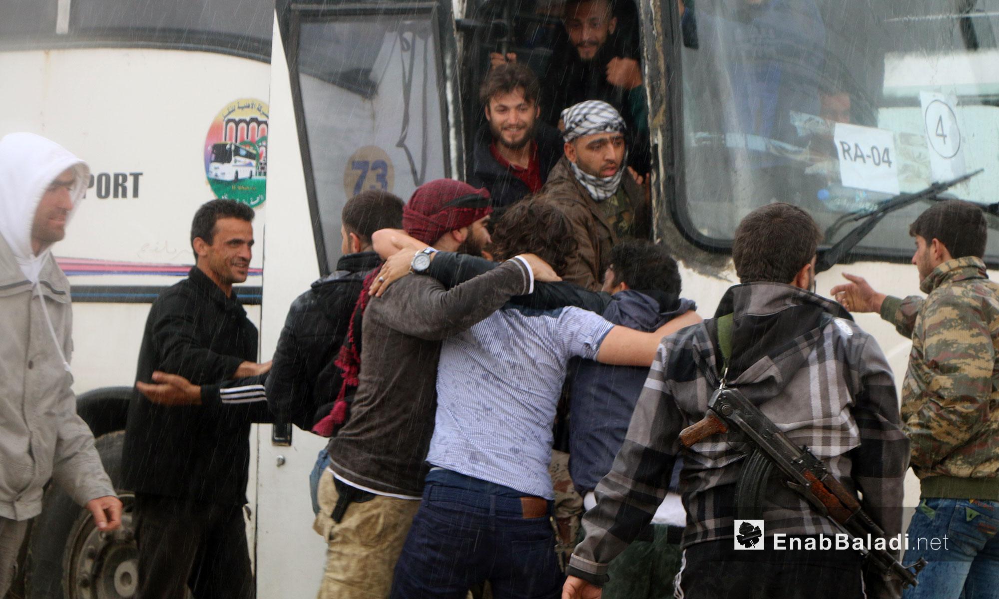 استقبال مهجري ريف حمص لحظة وصولهم معبر الزندين في مدينة الباب شرقي حلب - 9 أيار 2018 (عنب بلدي)