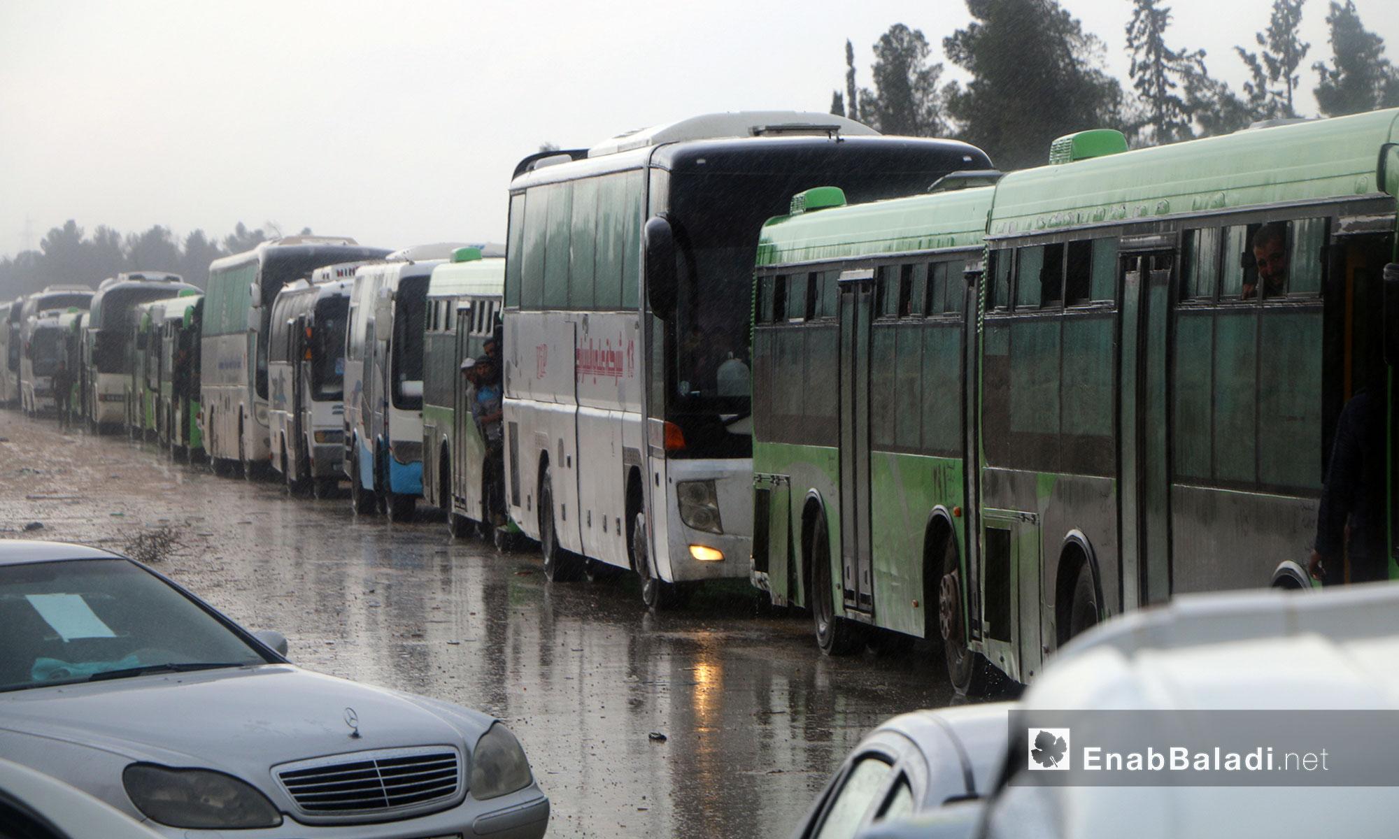 وصول باصات مهجري ريف حمص إلى معبر الزندين في مدينة الباب شرقي حلب - 9 أيار 2018 (عنب بلدي)