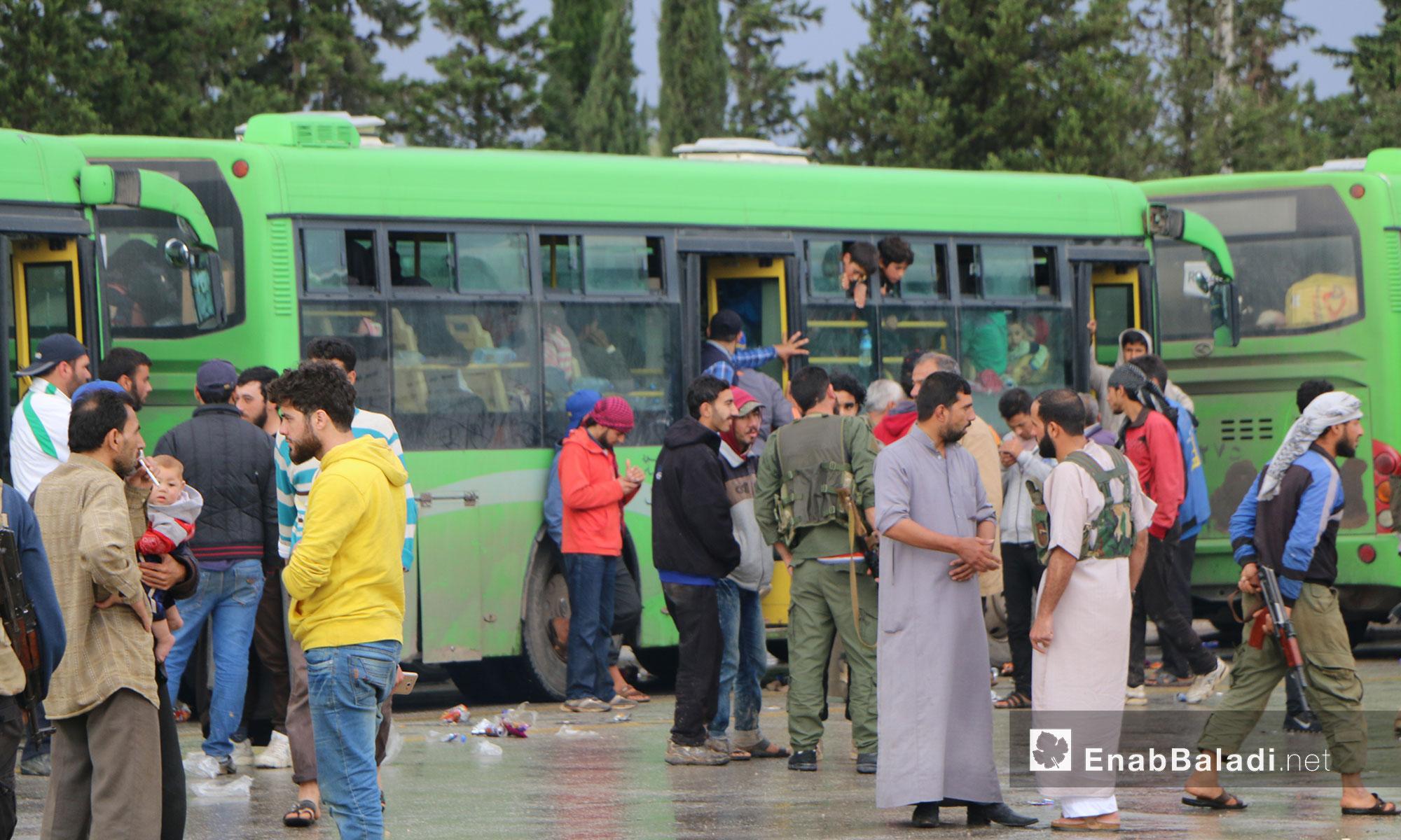 وصول مهجري ريف حمص إلى معبر الزندين في مدينة الباب شرقي حلب - 9 أيار 2018 (عنب بلدي)