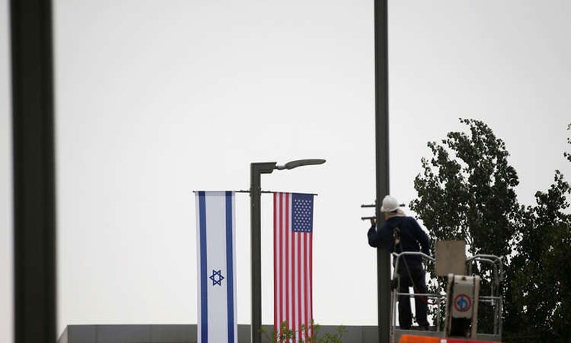 تعليق لافتات السفارة الأمريكية في القدس في 7 آذار 2018(رويترز)