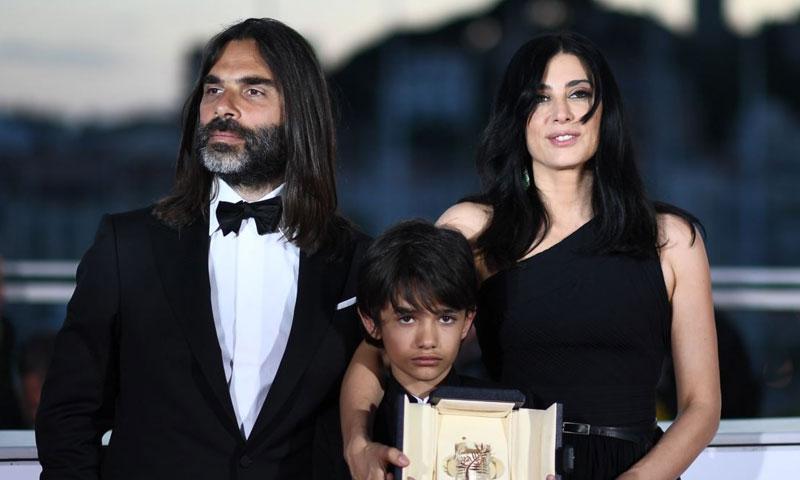 الطفل السوري زين الرفاعي ياتوسط المخرجة نادين لبكي والكاتب جهاد حجيلي خلال استلام الجائزة 19/5/2018 (الحرة)