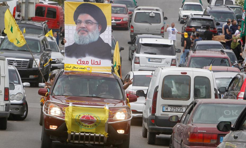 سيارة تحمل صورة زعيم حزب الله تجوب الشوارع- 6 من أيار 2018 (رويترز)